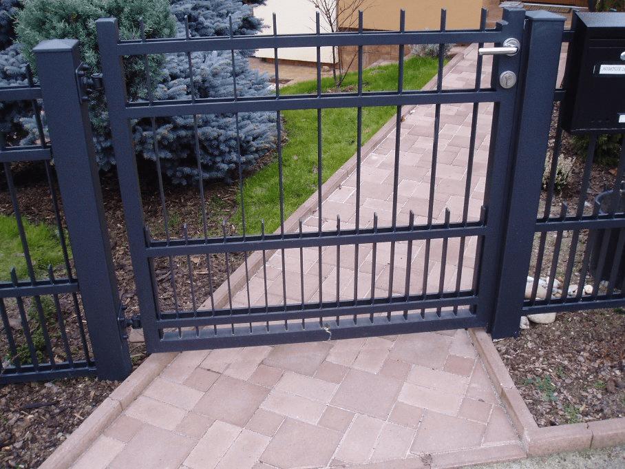 vrata ze zámečnictví a kovovýroby Modasy sedí pevně v rámech stavební firma pro Kladno